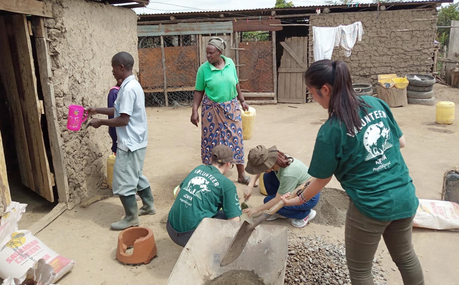 アフリカで住宅の建設に取り組む日本人高校生ボランティア